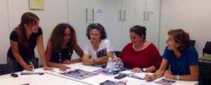 Le operatrici partecipanti al progetto teatrale 'Craving' al tavolo di lavoro