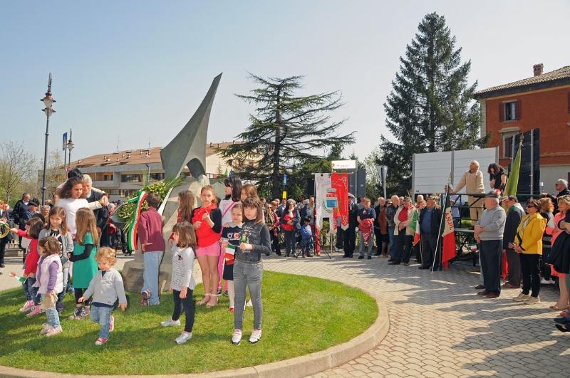 inaugurazione-monumento-benevelli-lo-scultore-e-salimbeni-1