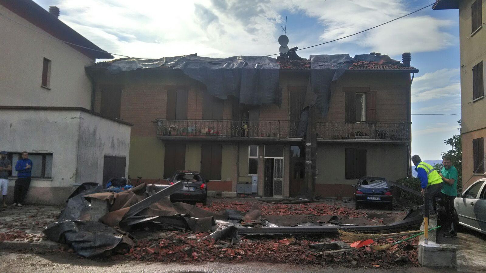 Toano, tromba d'aria devasta tetto di una casa