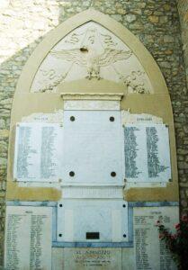 Il monumento ai caduti in piazza della Pace a Villa Minozzo