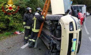 Panda si ribalta sulla statale 63: conducente estratta dall'auto