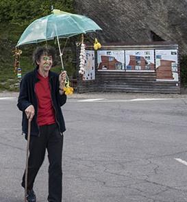 (Corrado Zanni nel piazzale della Pietra, sotto l'ombrello portafortuna)
