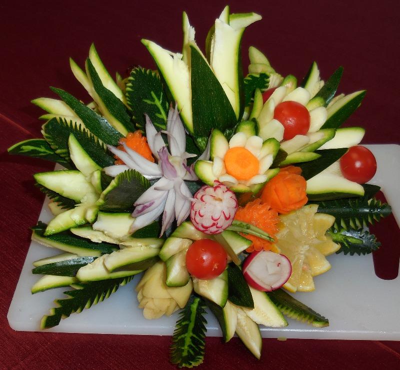 Ben noto Composizione di fiori realizzati con frutta e verdura - RedaconRedacon PQ35
