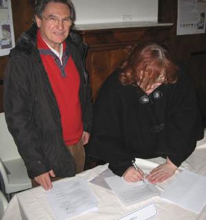 La firma del Patto, a sx il presidente Cai di Reggio e a dx il sindaco