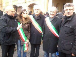 Lucia Manicardi con fascia tricolore e sindaci