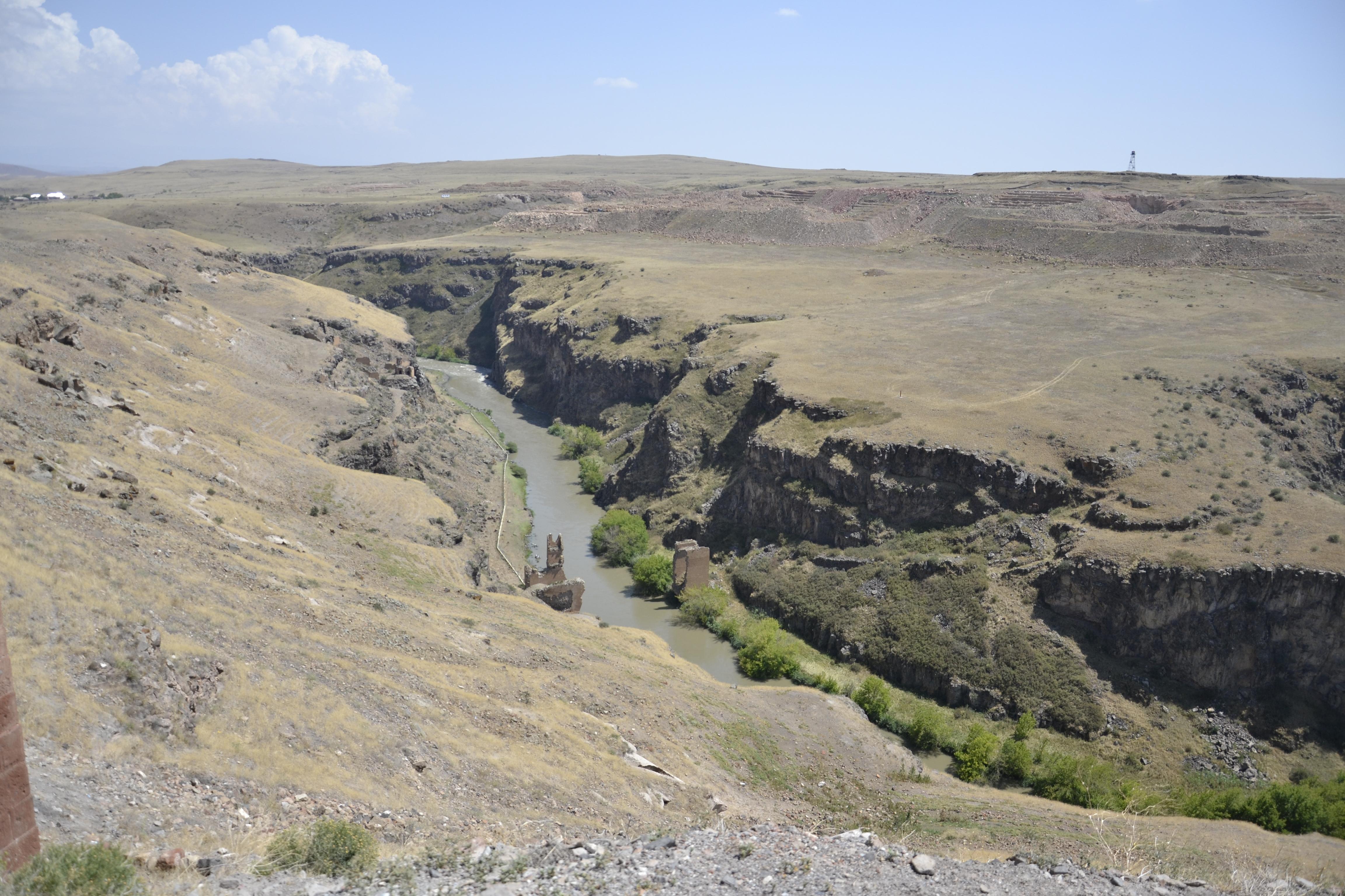 Via della seta. oggi il fiume marca il confine tra turchia e armenia