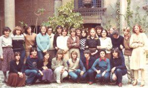 """La prof. Mina Manenti, quinta da sx in piedi, con le studentesse della classe V """"tecnico di laboratorio"""" dell'Istituto Sidoli, a.s. 1978/79"""