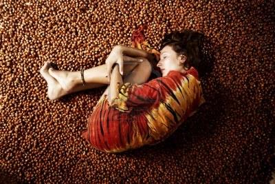 Ragazza-avvolta-in-un-fazzoletto-dorme-su-un-letto-di-nocciola