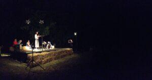 Un palco singolare fatto di balle di paglia per questo singolare evento (foto Redacon)