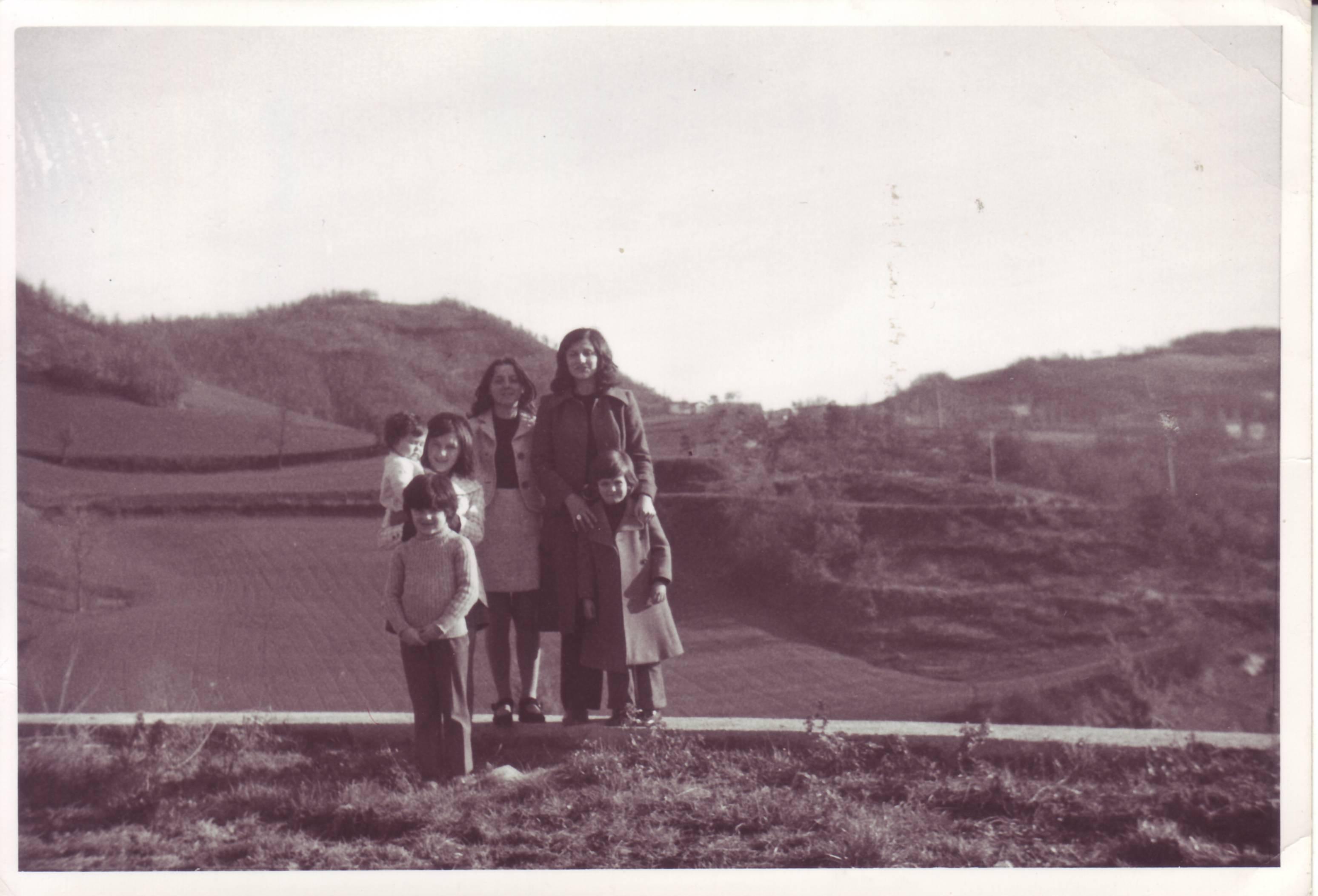 Teresa Musi, Ornella Olmi, Normanna Albertini con dei bimbi all'uscita da messa a Villaberza - anni '70