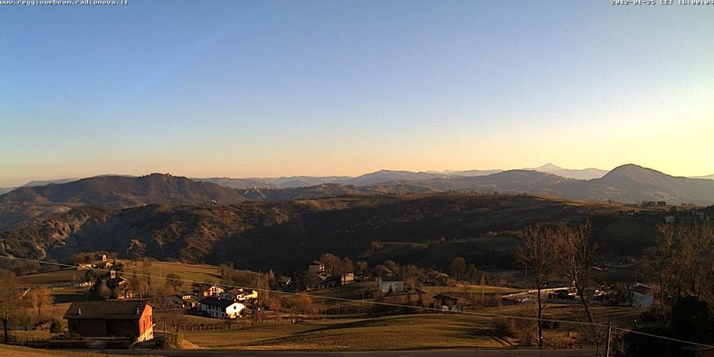 Uno scatto della webcam (mercoledì 25 gennaio): San Giovanni, il castello di Baiso, Mt. Valestra e l'Appennino modenese a fare da sfondo.