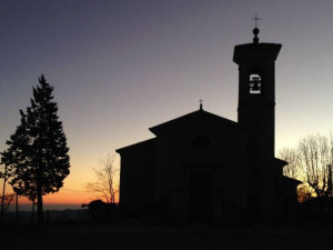 La chiesa di Valestra fotografata all'alba dopo i primi interventi di restauro: anche la croce sul campanile è tornata dritta